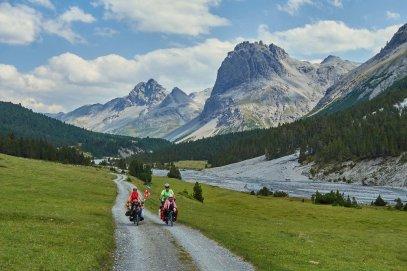 En descendant le Val Mora, en tandem, un peu avant les Grisons suisses (Italie)