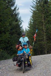Deux petits gars en chaise à porteur ! Oscar et Titouan avant Megève, France