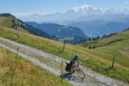 Simon à fond face au Mont-Blanc, Route de la Soif, Aravis