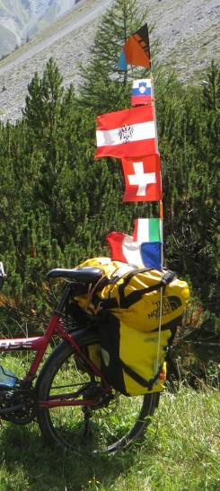 Les drapeaux de tous les pays traversés dans l'Arc Alpin