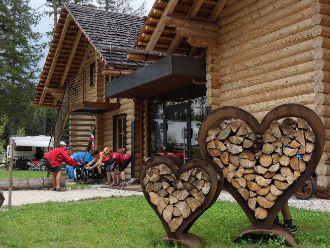 Entrée du camping de Toblacher See... mais que font-ils ? Invocations pour que la pluie cesse ? Etirements de Vercors VTT ?
