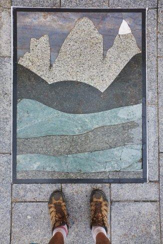 Les Tre Cime sur le sol d'une place de Dobbiaco - Patchwork géologique