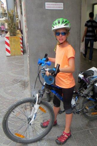 Manon dans le rues de Mérano avec le vélo d'Adélie