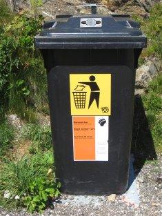 Poubelle avec sécurité anti-ours : la poubelle est fixée au sol, et possède une serrure complexe à ouvrir pour des grosses papattes d'ours !