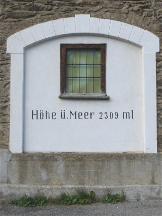 Hôtel du Berninapass : altitude indiquée sur les fenêtres