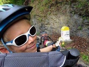 Oscar sur le Pino devant une borne kilométrique
