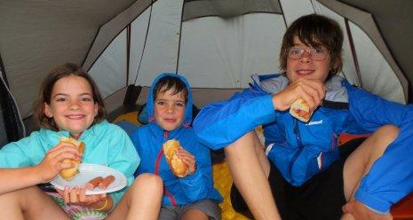 Sandwichs aux saucisses offerts par les voisins après l'orage et l'inondation !