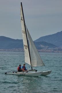 Un après-midi, le moniteur propose à Gaspard de repartir en mer avec un vacancier, pour lui faire découvir le cata !