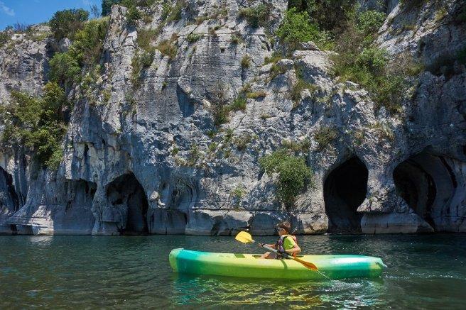 Lilian devant les grottes du Chassezac