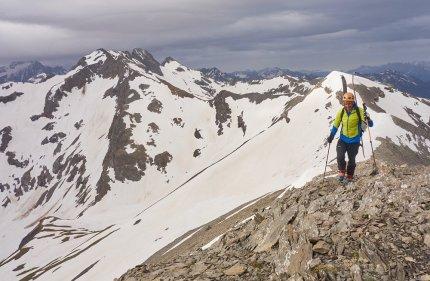 En arrivant au sommet du pic du Col d'Ornon, avec le Rochail (à gauche) en arrière-plan
