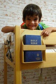 Une petite bible et holy ! dortoir de l'Envoy Hostel, chacun a sa bible à la tête de lit. A défaut de pouvoir sortir lors d'un tremblement de terre, on pourra prier !