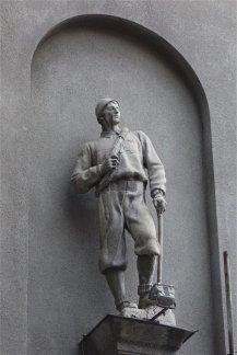 Statue d'alpiniste sur la façade d'un immeuble