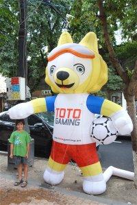 Mascotte du Mondial dans les rues d'Erevan