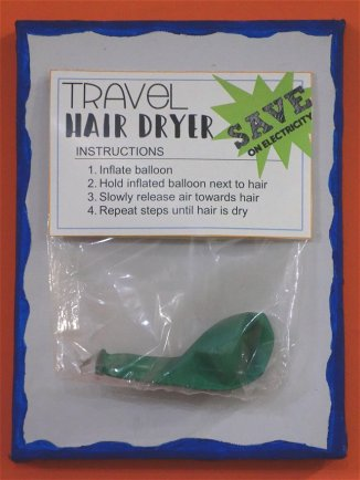 Déco marrantede l'Envoy Hostel : sèche-cheveu de voyage !