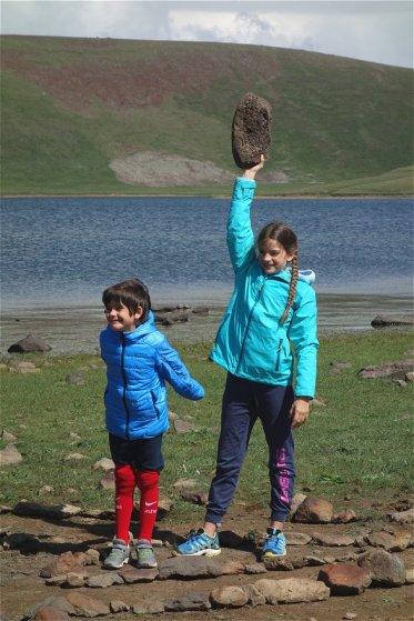 Trop forte, levé de pierre à une main ... heu, c'est du basalte, donc léger !