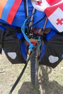 Un tendeur noué au vélo tracteur pour conserver l'élasticité du système
