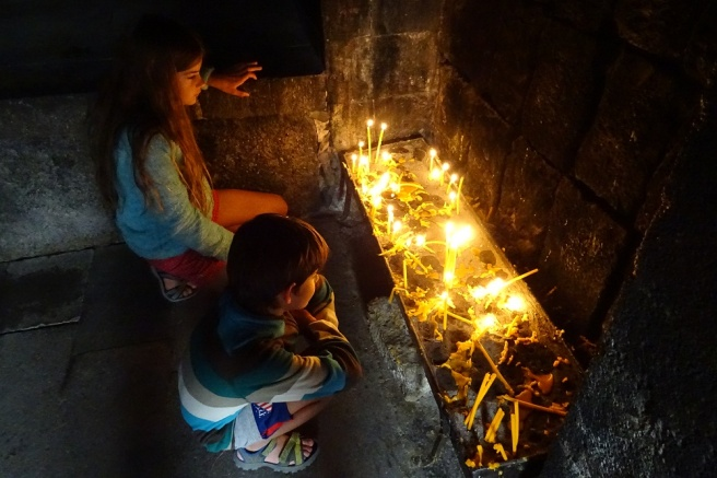 Les milliers de bougies des monastères, qui se consumment tous les jours