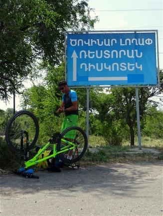 Problème mécanique en sortie de Sevanavank, sous un panneau écrit en arménien... bien sûr, on a tout compris !