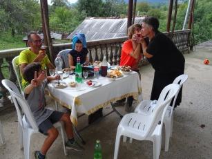 Chez Liana : Gaspard DOIT boire de la Chacha, vodka maison