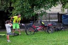 Lavage des vélos à Mele