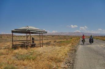 """Descente vers l'Araxe, avec les """"coins pique-nique"""" près des tombes"""