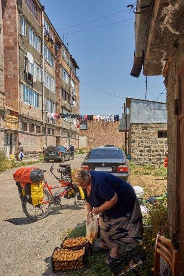 Marchande de fruits à Sevan