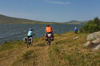 En arrivant au bord du lac Saghamo