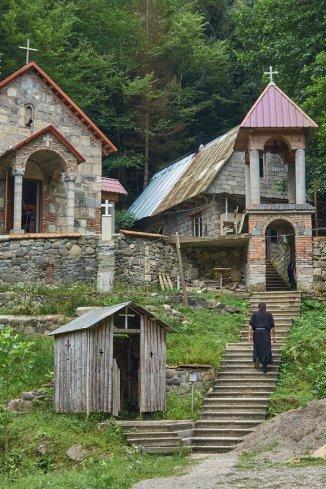 Minuscule monastère au-dessus de Sairmé