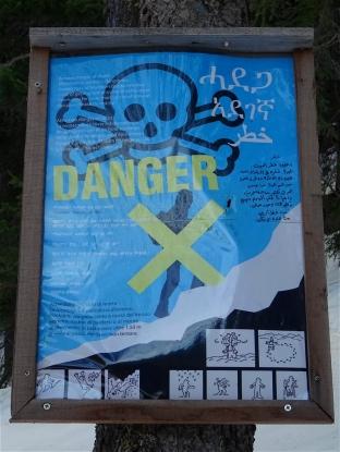 Affiche de prévention contre les risques liés au passage transfrontalier par la montagne en de nombreuses langues (avec notamment l'alphabet amhara pour les Erythréens)