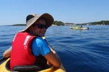 Adélie à la proue du kayak