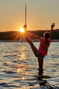 Petite gymnaste jouant avec le soleil