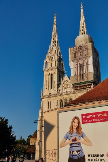 Devant la Cathédrale : Mama Nova croate, elle concurrence notre Mamie Nova !