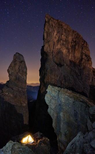 De nuit, la lune se lève. en éclairant les rochers.