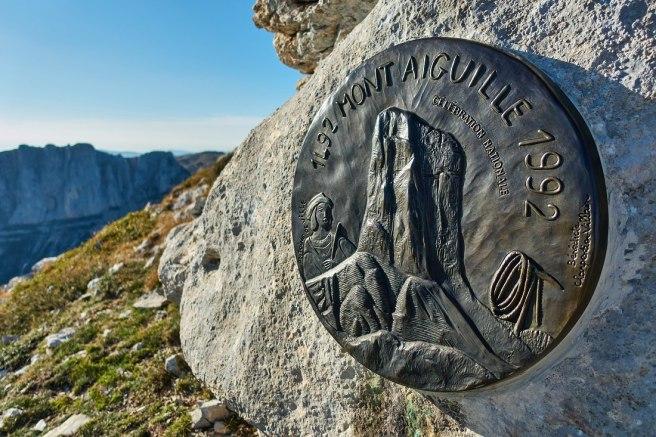 La plaque commémorative du 500e anniversaire de la 1ère ascension du Mont-Aiguille