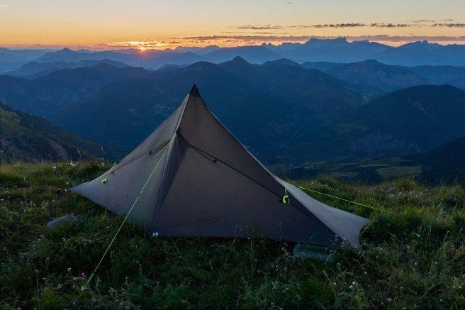 Depuis notre bivouac perché, le soleil se couche derrière les montagnes de la Drôme.
