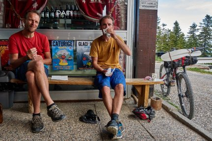 """Petit dej' à Chabanon. anthony a posé son vélo alors que c'était interdit """"sauf engin de déneigement"""" !"""